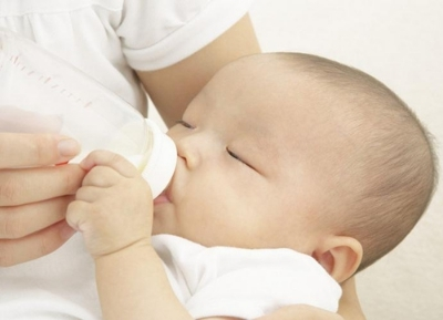生活中婴儿经常吐奶怎么办?